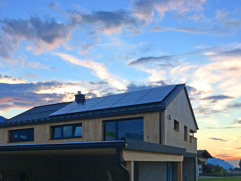 Elegantes Natur-Holzhaus automatisiert